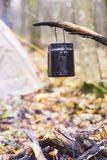 vaso di acqua bollente riscaldato sul fuoco nel campo Immagini Stock Libere da Diritti