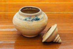 Vaso di argilla con il coperchio fotografie stock
