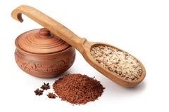Vaso di argilla, cucchiaio di legno e zizzania con anice stellato Fotografia Stock Libera da Diritti