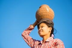 Vaso di argilla di trasporto del giovane agricoltore tradizionale asiatico sulla testa Fotografia Stock