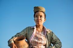 Vaso di argilla di trasporto dell'agricoltore femminile tradizionale asiatico maturo Immagini Stock