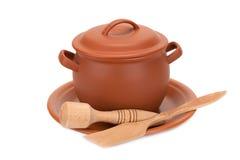 Vaso di argilla, utensili di legno su un piatto Fotografie Stock