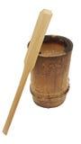 Vaso di bambù di legno della tazza con la piccola pagaia di legno isolata su fondo bianco, stile d'imballaggio della natura, cane Fotografia Stock Libera da Diritti