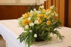 vaso di bei fiori sull'altare nella chiesa Immagini Stock