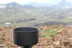 Vaso di campeggio sulla stufa di gas portatile Viaggio di Landmannalaugar fotografia stock libera da diritti