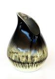 Vaso di ceramica asimmetrico israeliano in retro su wh fotografia stock libera da diritti
