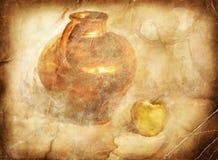 Vaso di ceramica con la mela Immagini Stock Libere da Diritti