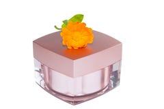 Vaso di crema e del fiore del calendula. Fotografia Stock Libera da Diritti