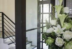 Vaso di fiore bianco decorato sulla nuova casa Fotografia Stock Libera da Diritti