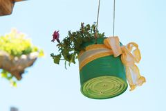 Vaso di fiore creativo in campagna romana immagine stock