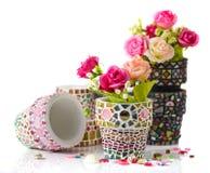 Vaso di fiore del mosaico e di Rosa Immagini Stock