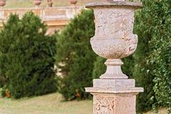 Vaso di fiore scolpito nel parco di Pamphili della villa a Roma, Italia Immagine Stock