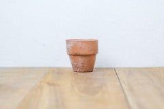 Vaso di fiore sul bordo di legno Fotografie Stock
