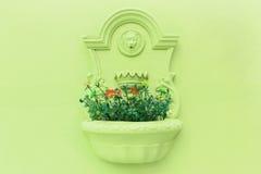 Vaso di fiore sulla parete Immagine Stock
