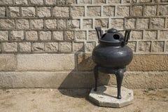Vaso di incenso davanti alla parete Immagine Stock