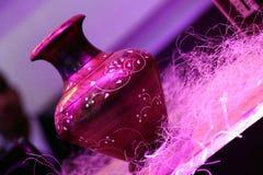 Vaso di legno di Brown con progettazione epica colorata bianca fotografia stock