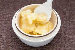 Vaso di miele e del cucchiaio di legno su un insaccamento fotografia stock libera da diritti