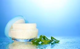 Vaso di vetro aperto di crema Fotografie Stock