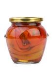Vaso di vetro con i peperoni dolci rossi conservati Fotografie Stock