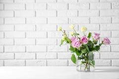 Vaso di vetro con il mazzo di bei fiori fotografie stock