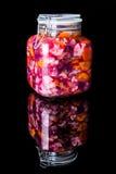 Vaso di vetro con le verdure marinate Immagine Stock