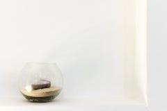 Vaso di vetro con una candela fotografie stock