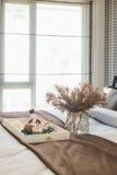 vaso di vetro della pianta con il vassoio di legno sul letto di lusso in letto di lusso immagine stock libera da diritti