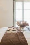 vaso di vetro della pianta con il vassoio di legno sul letto di lusso in letto di lusso fotografia stock libera da diritti