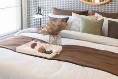 vaso di vetro della pianta con il vassoio di legno sul letto di lusso in letto di lusso immagine stock