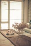 vaso di vetro della pianta con il vassoio di legno sul letto di lusso in letto di lusso fotografia stock