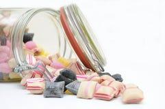 Vaso di vetro in pieno delle caramelle. Immagini Stock