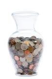 Vaso di vetro riempito di monete Immagini Stock