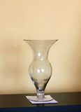 Vaso di vetro su un fondo della parete Fotografie Stock Libere da Diritti