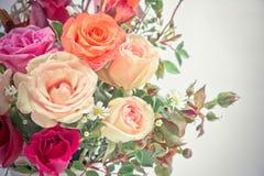 Vaso do ramalhete das rosas no fundo branco Foto de Stock Royalty Free