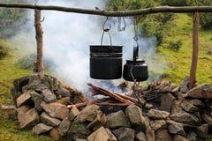 Vaso e bollitore sopra il fuoco di accampamento Fotografie Stock Libere da Diritti