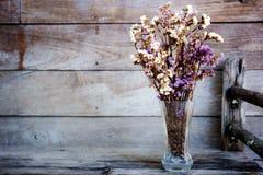 Vaso e fiore asciutto sulla tavola fotografia stock