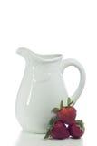 Vaso e fragole bianchi Immagine Stock