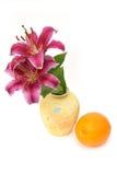 Vaso ed arancio gialli Fotografia Stock Libera da Diritti