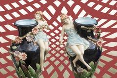 Vaso gemellato decorato con le figure della porcellana Fotografia Stock