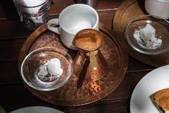 Vaso greco del rame del caffè su un vassoio immagini stock
