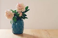 Vaso marroquino azul do estilo de grandes flores brancas e cor-de-rosa Foto de Stock Royalty Free
