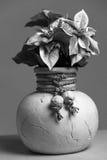 Vaso preto e branco com flores preto e branco Foto de Stock