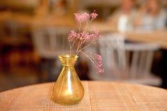 Vaso rústico pequeno com as flores na tabela foto de stock royalty free