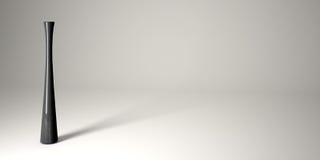 Vaso sottile nero in studio bianco. Fotografia Stock