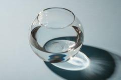 Vaso transparente da esfera com água isolada com sombra e destaques imagem de stock royalty free