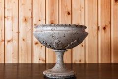 Vaso velho bonito em um close-up da tabela Fotos de Stock Royalty Free