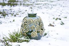 Vaso verde da argila na neve Fotos de Stock Royalty Free