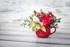 Vaso vermelho pequeno com o ramalhete das flores e dos lírios no espaço de madeira da tabela para o texto Fotos de Stock Royalty Free