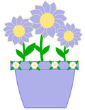 Vaso viola sveglio con i fiori viola Immagini Stock