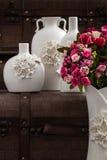 Vasos brancos decorativos diferentes no fundo de Brown Imagens de Stock